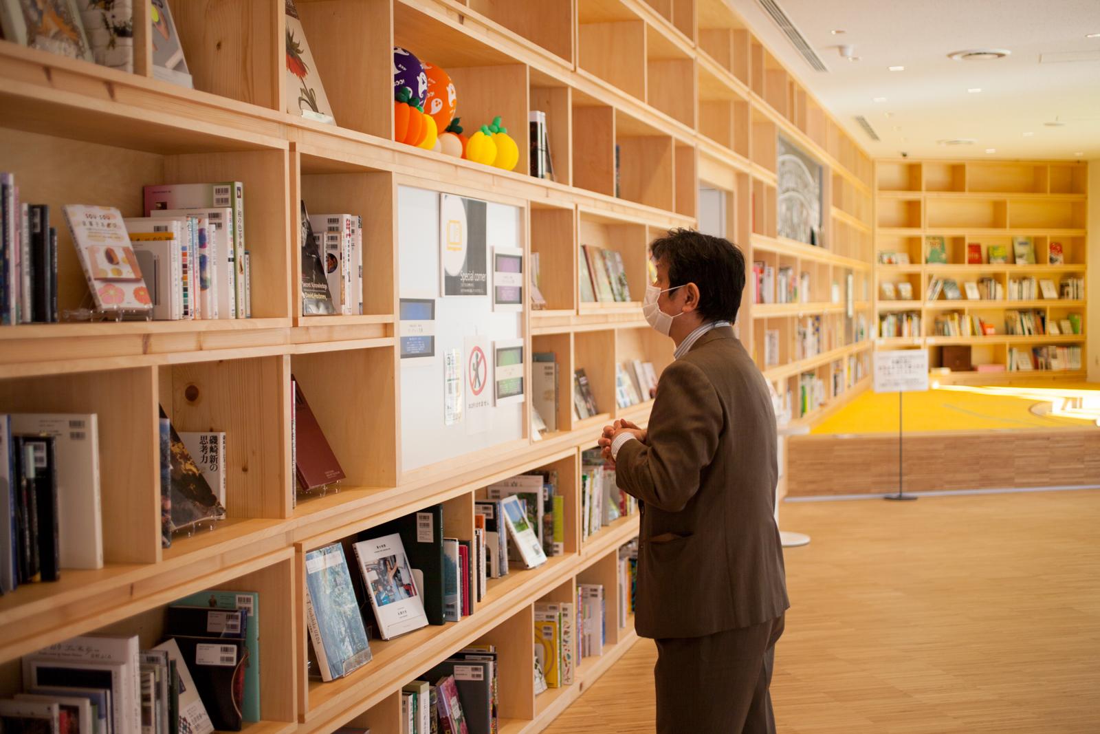 加藤 義夫(かとう よしお)さん 宝塚市立文化芸術センター 1Fライブラリーにて