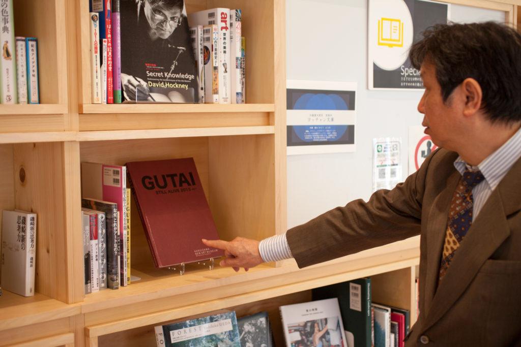 加藤 義夫(かとう よしお)さん 宝塚市立文化芸術センター 1Fライブラリー内の加藤さんセレクトの書籍が並ぶ書架「ヨッチャン文庫」には『具体美術協会』の本も。