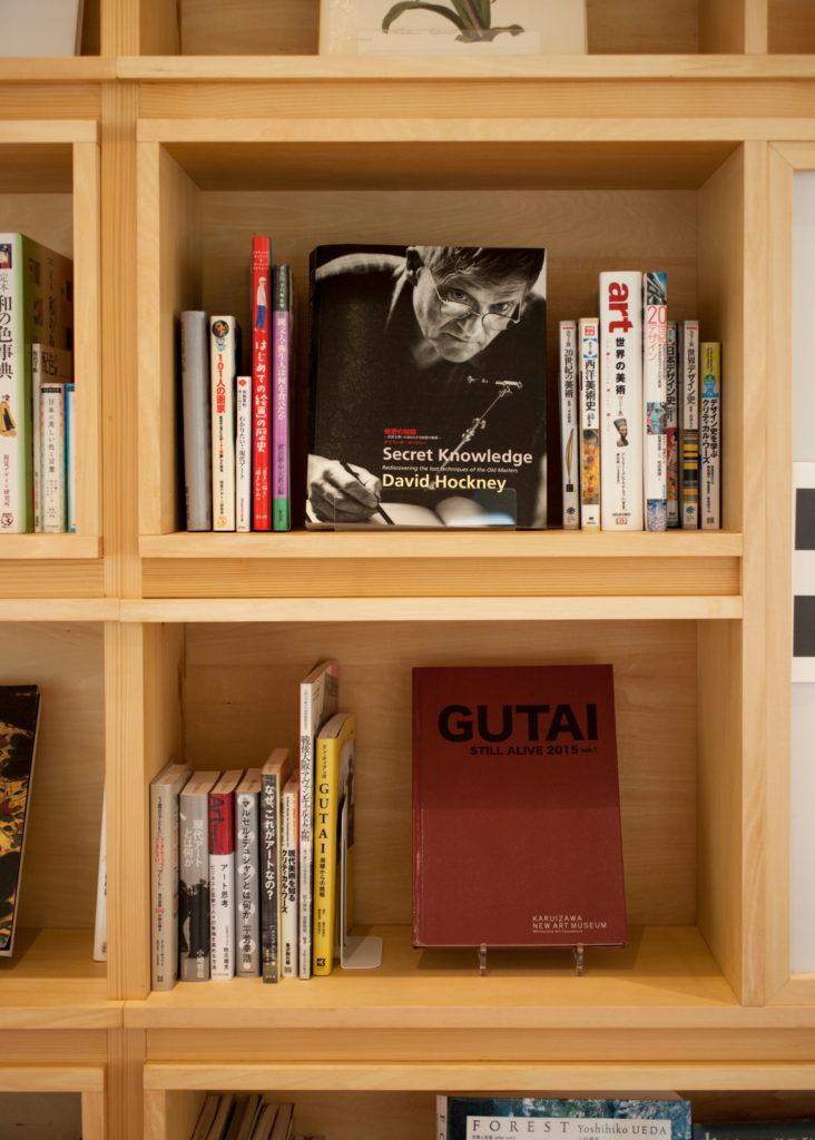 宝塚市立文化芸術センター ライブラリー加藤義夫さんセレクトの書籍が並ぶ「ヨッチャン文庫」の書架