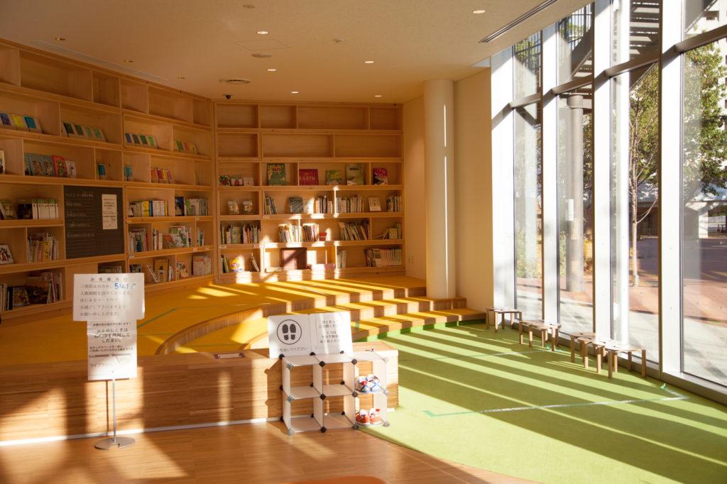 宝塚市立文化芸術センター1階ライブラリー 靴を脱いで閲覧できるスペースもあり、赤ちゃんと一緒でも安心して過ごせます